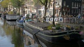 Amsterdam, Nederland 15 oktober, 2017 Het kanaal van Amsterdam in dalingskleuren stock video