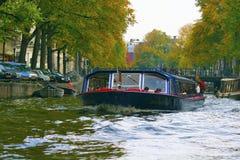 Amsterdam, Nederland - onderzoek stad met een boot Stock Afbeelding