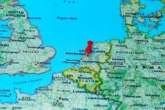 Amsterdam, Nederland op een kaart van Europa wordt gespeld dat Royalty-vrije Stock Afbeeldingen