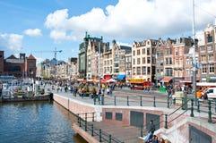 AMSTERDAM, NEDERLAND: Rokin bezige straat tijdens de Dag van de Koning op 20,2015 April in Amsterdam Royalty-vrije Stock Foto