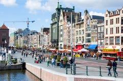 AMSTERDAM, NEDERLAND: Rokinstraat tijdens de Dag van de Koning op 27,2015 April in Amsterdam Stock Afbeelding