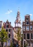 AMSTERDAM NEDERLÄNDERNA - AUGUSTI 6, 2016: Berömda byggnader av närbilden för Amsterdam stadsmitt Allmän landskapsikt av stadsgat Arkivbild