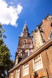 AMSTERDAM NEDERLÄNDERNA - AUGUSTI 6, 2016: Berömda byggnader av närbilden för Amsterdam stadsmitt Allmän landskapsikt av stadsgat Arkivfoton