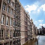 AMSTERDAM NEDERLÄNDERNA - AUGUSTI 6, 2016: Berömda byggnader av närbilden för Amsterdam stadsmitt Allmän landskapsikt av stadsgat Royaltyfri Fotografi