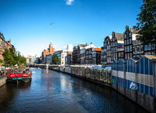 AMSTERDAM NEDERLÄNDERNA - AUGUSTI 6, 2016: Berömda byggnader av närbilden för Amsterdam stadsmitt Allmän landskapsikt av stadsgat Arkivfoto