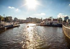 AMSTERDAM NEDERLÄNDERNA - AUGUSTI 6, 2016: Berömda byggnader av närbilden för Amsterdam stadsmitt Allmän landskapsikt av stadsgat Royaltyfri Bild