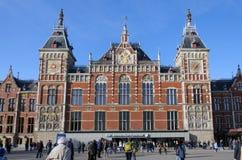 Amsterdam Nederländerna - Maj 8, 2015: Folk på Amsterdam den centrala drevstationen Royaltyfri Bild