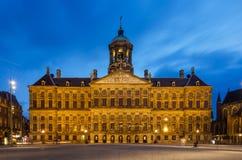 Amsterdam Nederländerna - Maj 7, 2015: Folkbesöket Royal Palace på fördämningen kvadrerar i Amsterdam Arkivfoton