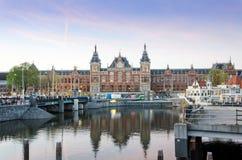 Amsterdam Nederländerna - Maj 8, 2015: Tousits på Amsterdam den centrala drevstationen Royaltyfria Foton