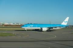 AMSTERDAM, NETHERLAND - 28. NOVEMBER 2016: PH-BQL Boeing 777 KLM Asien Livree bereit, sich in Amsterdam-Flughafen Schiphol zu ent Lizenzfreie Stockfotos