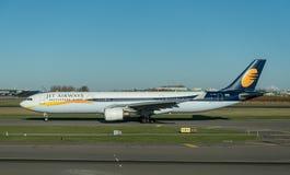 AMSTERDAM, NETHERLAND - 28. NOVEMBER 2016: VT-JWS Airbus A330 Jet Airways Ready, zum sich in Amsterdam-Flughafen Schiphol zu entf Stockbilder