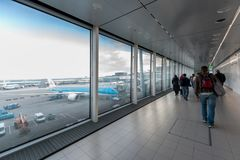 AMSTERDAM, NETHERLAND - 27 OCTOBRE 2017 : Aéroport international d'Amsterdam avec la zone d'arrivée Marche de personnes Avion de  Photographie stock libre de droits