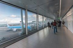 AMSTERDAM, NETHERLAND - 27 OCTOBRE 2017 : Aéroport international d'Amsterdam avec la zone d'arrivée Marche de personnes Avion de  Photos stock