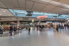 AMSTERDAM, NETHERLAND - 27 OCTOBRE 2017 : Aéroport international Schiphol d'Amsterdam avec des personnes Photographie stock