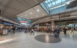 AMSTERDAM, NETHERLAND - 27 OCTOBRE 2017 : Aéroport international Schiphol d'Amsterdam avec des personnes Restaurant Photo stock