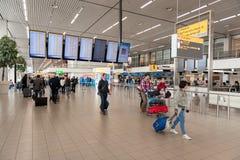 AMSTERDAM, NETHERLAND - 18 OCTOBRE 2017 : Intérieur international de Schiphol d'aéroport d'Amsterdam avec des passagers Écrans à  Photos stock