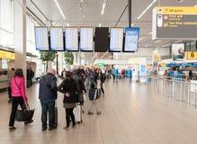AMSTERDAM, NETHERLAND - 18 OCTOBRE 2017 : Intérieur international de Schiphol d'aéroport d'Amsterdam avec des passagers Écrans à  Photos libres de droits