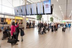 AMSTERDAM, NETHERLAND - 18 OCTOBRE 2017 : Intérieur international de Schiphol d'aéroport d'Amsterdam avec des passagers Écrans à  Photo libre de droits