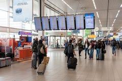 AMSTERDAM, NETHERLAND - 18 OCTOBRE 2017 : Intérieur international de Schiphol d'aéroport d'Amsterdam avec des passagers Écrans et Image stock