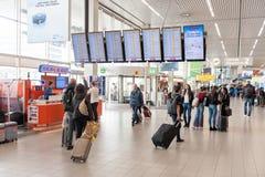 AMSTERDAM, NETHERLAND - 18 OCTOBRE 2017 : Intérieur international de Schiphol d'aéroport d'Amsterdam avec des passagers Écrans et Photographie stock libre de droits