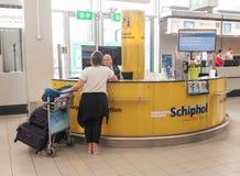 AMSTERDAM, NETHERLAND - 18 OCTOBRE 2017 : Intérieur international de Schiphol d'aéroport d'Amsterdam avec des passagers Bureau de Photos stock
