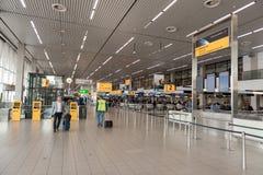 AMSTERDAM, NETHERLAND - 18 OCTOBRE 2017 : Intérieur international de Schiphol d'aéroport d'Amsterdam avec des passagers Enregistr Photographie stock libre de droits