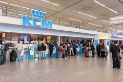 AMSTERDAM, NETHERLAND - 18 OCTOBRE 2017 : Intérieur international de Schiphol d'aéroport d'Amsterdam avec des passagers KLM arriv Photos libres de droits