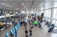 AMSTERDAM, NETHERLAND - 18 OCTOBRE 2017 : Intérieur international de Schiphol d'aéroport d'Amsterdam avec des passagers KLM signe Images libres de droits