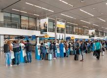 AMSTERDAM, NETHERLAND - 18 OCTOBRE 2017 : Intérieur international de Schiphol d'aéroport d'Amsterdam avec des passagers KLM signe Photographie stock