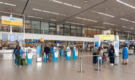 AMSTERDAM, NETHERLAND - 18 OCTOBRE 2017 : Intérieur international de Schiphol d'aéroport d'Amsterdam avec des passagers KLM signe Image libre de droits