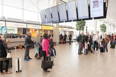 AMSTERDAM, NETHERLAND - 18 OCTOBRE 2017 : Intérieur international de Schiphol d'aéroport d'Amsterdam avec des passagers Les gens  Images libres de droits