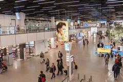 AMSTERDAM, NETHERLAND - 18 OCTOBRE 2017 : Intérieur international de Schiphol d'aéroport d'Amsterdam avec des passagers Région de Photos stock