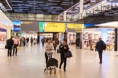 AMSTERDAM, NETHERLAND - 18 OCTOBRE 2017 : Intérieur international de Schiphol d'aéroport d'Amsterdam avec des passagers Région de Photo stock