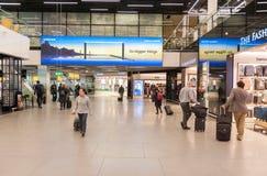 AMSTERDAM, NETHERLAND - 18 OCTOBRE 2017 : Intérieur international de Schiphol d'aéroport d'Amsterdam avec des passagers Région de Photos libres de droits