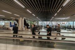 AMSTERDAM, NETHERLAND - 18 OCTOBRE 2017 : Intérieur international de Schiphol d'aéroport d'Amsterdam avec des passagers Région de Photographie stock