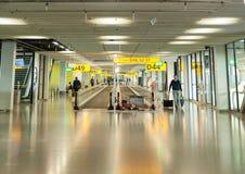 AMSTERDAM, NETHERLAND - 18 OCTOBRE 2017 : Intérieur international de Schiphol d'aéroport d'Amsterdam avec des passagers Région de Image stock