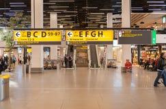 AMSTERDAM, NETHERLAND - 18 OCTOBRE 2017 : Intérieur international de Schiphol d'aéroport d'Amsterdam avec des passagers Région de Images stock