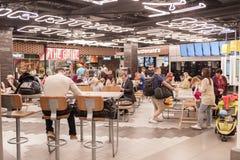 AMSTERDAM, NETHERLAND - 18 OCTOBRE 2017 : Intérieur international de Schiphol d'aéroport d'Amsterdam avec des passagers Région de Photographie stock libre de droits