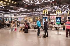 AMSTERDAM, NETHERLAND - 18 OCTOBRE 2017 : Intérieur international de Schiphol d'aéroport d'Amsterdam avec des passagers Région de Image libre de droits