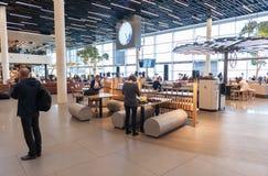 AMSTERDAM, NETHERLAND - 18 OCTOBRE 2017 : Intérieur international de Schiphol d'aéroport d'Amsterdam avec des passagers Région de Images libres de droits
