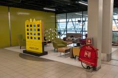 AMSTERDAM, NETHERLAND - 18 OCTOBRE 2017 : Intérieur international de Schiphol d'aéroport d'Amsterdam avec des passagers Région et Image libre de droits