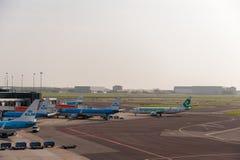 AMSTERDAM NETHERLAND - OKTOBER 18, 2017: Internationell Amsterdam flygplats Schiphol med flygplan i bakgrund Beskåda däckplac Royaltyfri Bild