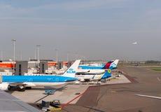 AMSTERDAM NETHERLAND - OKTOBER 18, 2017: Internationell Amsterdam flygplats Schiphol med flygplan i bakgrund Beskåda däckplac Arkivbild