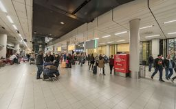 AMSTERDAM NETHERLAND - OKTOBER 27, 2017: Amsterdam internationell flygplats Schiphol med folk Ankomstportar Arkivbilder