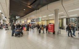 AMSTERDAM NETHERLAND - OKTOBER 27, 2017: Amsterdam internationell flygplats Schiphol med folk Ankomstportar Arkivfoto