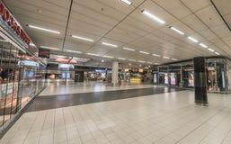 AMSTERDAM NETHERLAND - OKTOBER 27, 2017: Amsterdam internationell flygplats Schiphol med folk Shoppar diversehandel och korridore Fotografering för Bildbyråer
