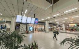 AMSTERDAM NETHERLAND - OKTOBER 27, 2017: Amsterdam internationell flygplats Schiphol med folk Skärmar och korridorer Royaltyfri Fotografi