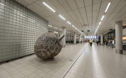 AMSTERDAM NETHERLAND - OKTOBER 27, 2017: Amsterdam internationell flygplats Schiphol med monumentet Arkivfoton