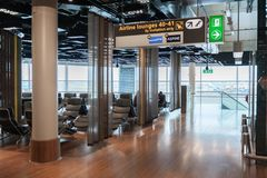 AMSTERDAM, NETHERLAND - 18 OTTOBRE 2017: Interno internazionale di Schiphol dell'aeroporto di Amsterdam con i passeggeri Area di  Fotografia Stock Libera da Diritti