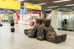 AMSTERDAM, NETHERLAND - PAŹDZIERNIK 18, 2017: Międzynarodowy Amsterdam Schiphol Lotniskowy wnętrze z pasażerami Wyjściowy teren z zdjęcie stock